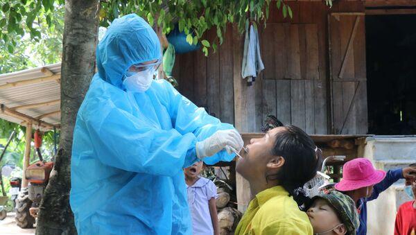 Nhân viên y tế lấy mẫu xét nghiệm bạch hầu tại buôn Diêo, xã Bông Krang, huyện Lắk, tỉnh Đắk Lắk. - Sputnik Việt Nam