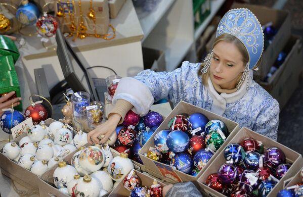 Người bán hàng khoác áo Bạch tuyết tại Hội chợ Năm mới, cửa hàng  GUM Moskva. - Sputnik Việt Nam