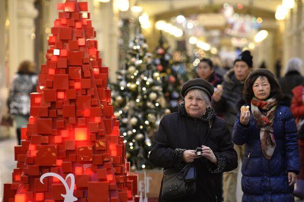 Khách hàng tại trung tâm thương mại GUM, Moskva. - Sputnik Việt Nam