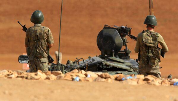 Binh lính Thổ Nhĩ Kỳ bên cạnh xe bọc thép - Sputnik Việt Nam
