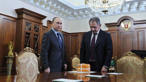 Tổng thống Nga Vladimir Putin gặp Bộ trưởng Quốc phòng Sergei Shoigu - Sputnik Việt Nam