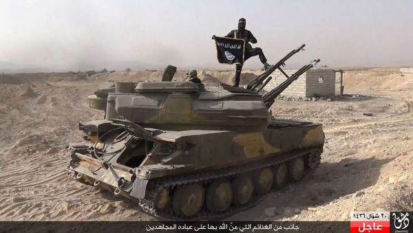 Chiến binh Daesh trên xe tăng ở Syria - Sputnik Việt Nam