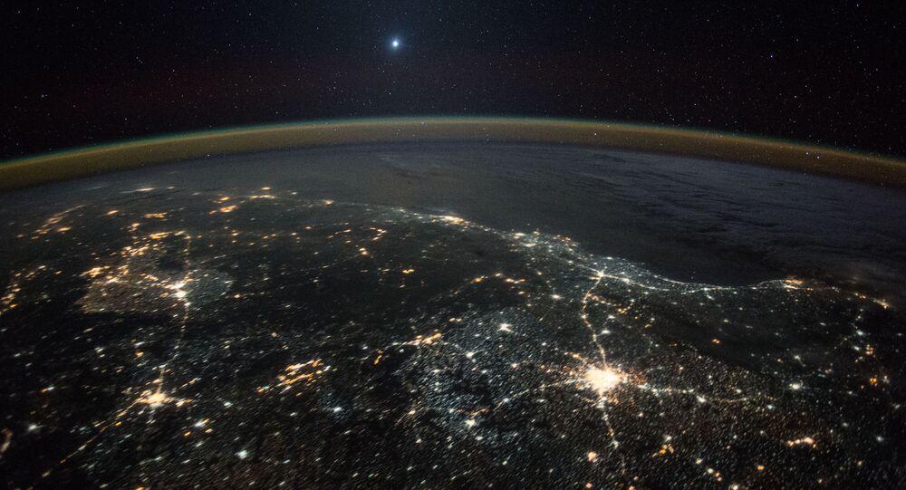 Hình ảnh sao Kim trên nền ánh đèn đêm của Trái đất, chụp từ Trạm vũ trụ quốc tế ISS