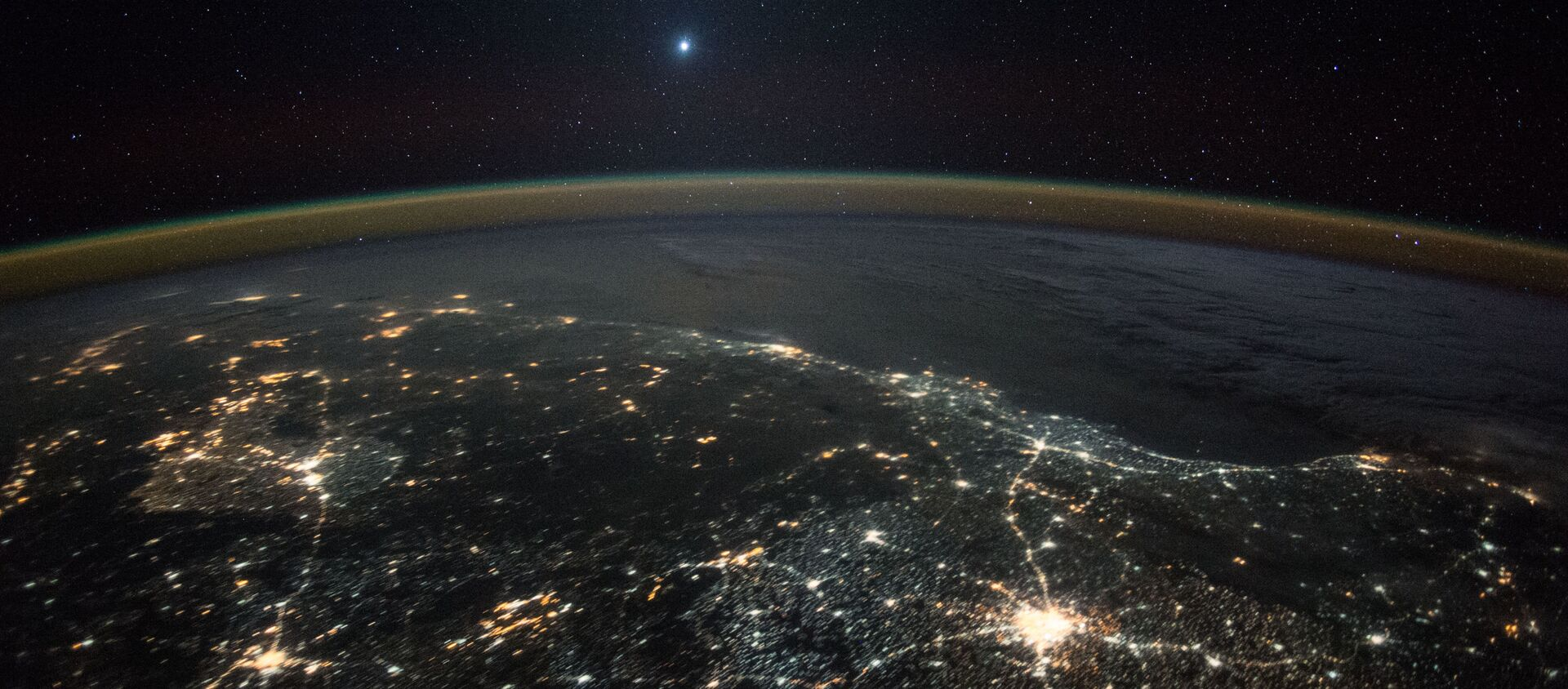 Hình ảnh sao Kim trên nền ánh đèn đêm của Trái đất, chụp từ Trạm vũ trụ quốc tế ISS - Sputnik Việt Nam, 1920, 09.04.2021