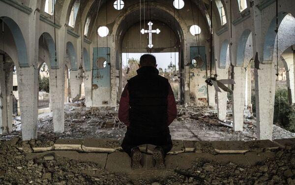 Cư dân một làng ở tỉnh Al-Hasaka đông-bắc Syria cầu nguyện trong nhà thờ St. George bị các chiến binh Daesh phá hủy - Sputnik Việt Nam