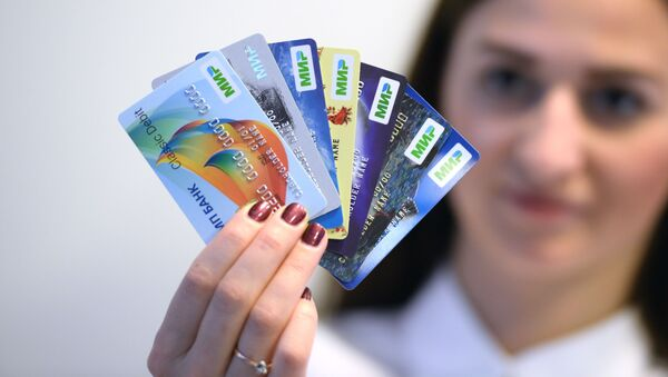 Những chiếc thẻ đầu tiên của hệ thống thanh toán quốc gia Mir - Sputnik Việt Nam