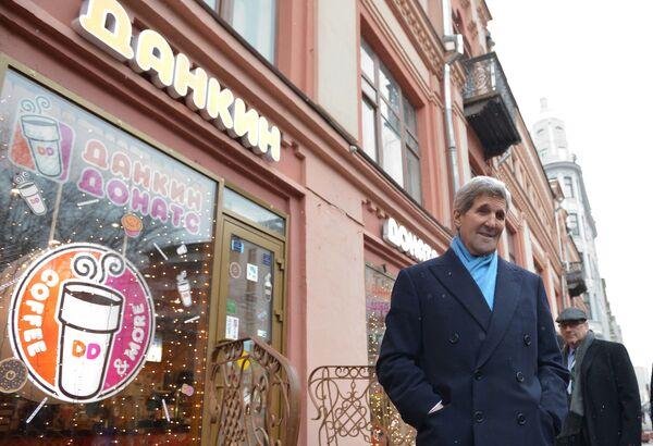 Ngoại trưởng Mỹ John Kerry trên phố Arbat ở Moskva - Sputnik Việt Nam