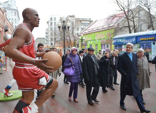 Ngoại trưởng Mỹ John Kerry ở phố Arbat ở Moskva - Sputnik Việt Nam