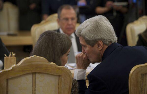 Trợ lý Ngoại trưởng Mỹ về vấn đề châu Âu và Âu Á Victoria Nuland và Ngoại trưởng Mỹ John Kerry tại cuộc gặp với Ngoại trưởng Nga Sergei Lavrov tại Moskva. - Sputnik Việt Nam