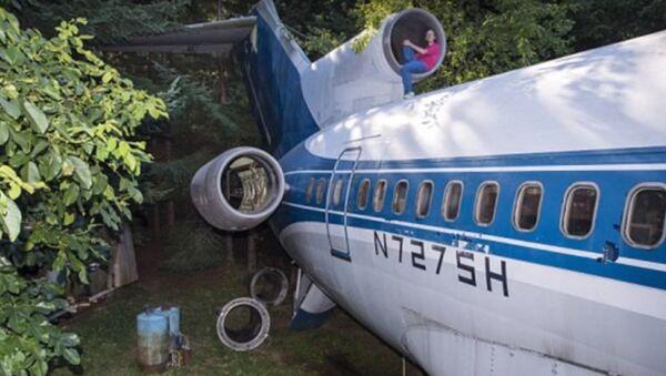 Người đàn ông sống giữa rừng trong chiếc máy bay cũ - Sputnik Việt Nam