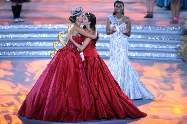 Á hậu I cô gái Nga Sofia Nikitchuk  và Hoa hậu cô gái Tây Ban Nha Mireia Lalaguna Royo - Sputnik Việt Nam