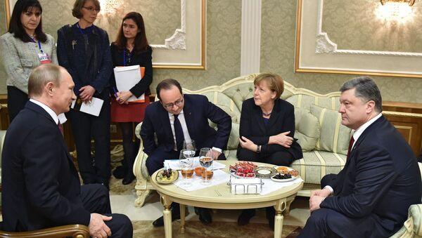 Tổng thống Nga Vladimir Putin, Tổng thống Pháp Francois Hollande, Thủ tướng Đức Angela Merkel và Tổng thống Ukraine Petro Poroshenko trong cuộc đàm phán tại Minsk - Sputnik Việt Nam