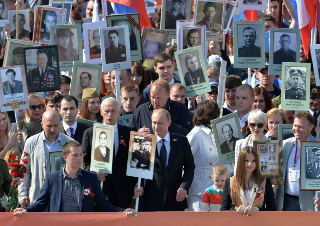 Tổng thống Nga Vladimir Putin dẫn đầu cuộc tuần hành của tổ chức yêu nước khu vực Trung đoàn bất tử Moskva đi qua Quảng trường Đỏ