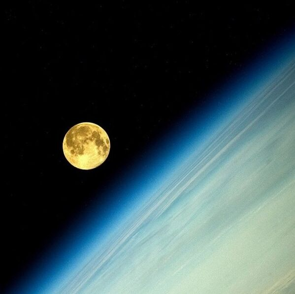 Siêu mặt trăng nhìn từ ô cửa sổ trạm không gian quốc tế ISS - Sputnik Việt Nam